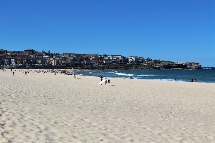 Family-friendly Maroubra Beach in SYdney on a sunny day.