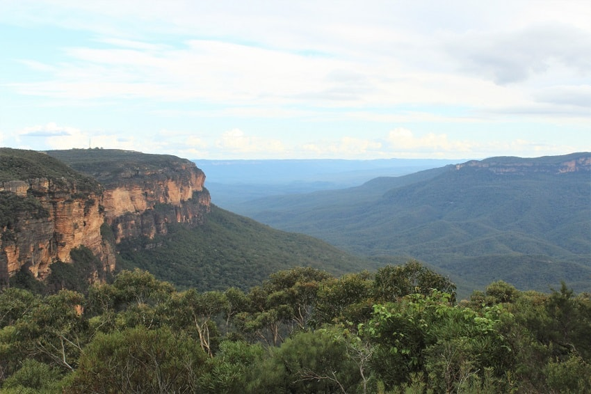 Skip the expensive tours & follow my budget travellers' Blue Mountains day trip itinerary by train and bus from Sydney, Australia, costing under $10 on a Sunday. This easy-to-follow guide includes the historical villages of Katoomba and Leura, the Three Sisters rock formation and a choice of beautiful walks from Wentworth Falls.