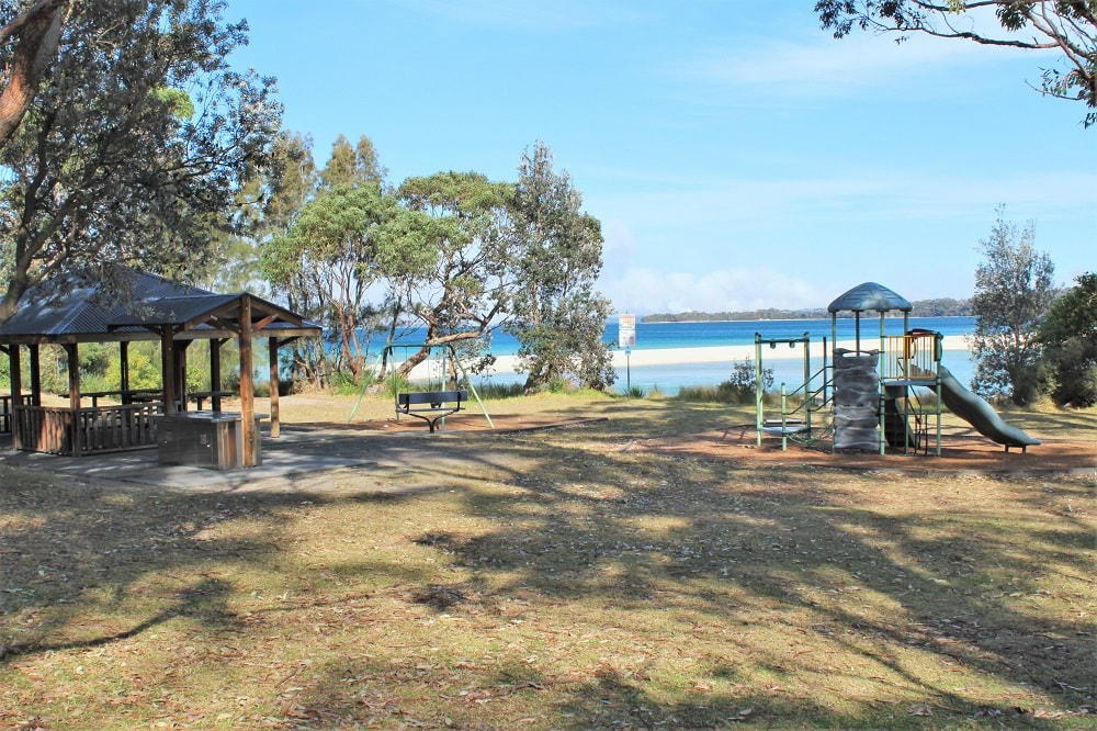 Guide to Jervis Bay beaches from Huskisson to Hyams Beach, including the amazing White Sands Walk, maps, and useful information such as parking, cafes, picnic areas and toilet locations!