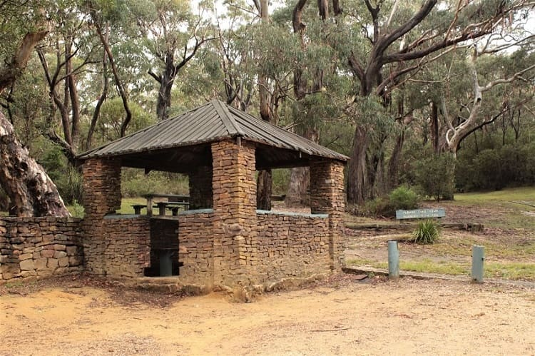 A guide to nine beautiful Blue Mountains lookouts in Katoomba, Leura, Wentworth Falls & Blackheath, including Echo Point lookout and the Three Sisters rock formation. Make the most of your day trip from Sydney to the Blue Mountains, Australia.